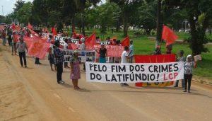 """Camponeses nas ruas defendendo: """"Pelo fim dos crimes do latifúndio!"""""""